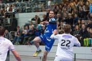 Handball Männer NLA: Der Krienser mit der 8, Luca Spengler, in Aktion. (Bild: Roger Gruetter / Neue LZ)