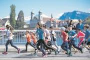 Jugend rennt: idyllischer Stadtlauf-Zwischenspurt dem St.-Karli-Quai entlang. (Bild: .Bild: Nadia Schärli (Luzern, 29. April 2017))