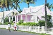 Weiss und Rosa unter blauem Himmel – Bahamas Farbe an den Fensterläden. (Bild Ram Malls)