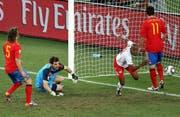 Das Tor seines Lebens: Gelson Fernandes trifft 2010 in Südkorea zum 1:0 gegen Spanien. Die Schweiz besiegt den Europameister, scheitert in der Gruppenphase trotzdem. (Bild: EPA)