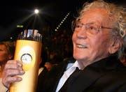 Der Luzerner Kunstmaler Hans Erni mit dem Lifetime-Award. (Bild André Häfliger/Neue LZ)