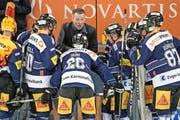 EV-Zug-Trainer Harold Kreis (hinten Mitte) beschwört seine Spieler: Gegen Langnau und Kloten müssen nochmals Punkte her. (Bild: EQ/Gonzalo Garcia)