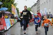 Eine Familie startet beim 36. Luzerner Stadtlauf 2013. (Bild: Boris Bürgisser / Neue LZ)