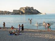Eine genuesische Zitadelle aus dem 15. Jahrhundert überragt den feinsandigen Strand von Calvi. (Bild: Axel Baumann)