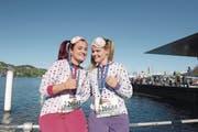 Im Pyjama unterwegs: die ausgeflippte Nadia Isarin (links) und die ordentliche Julia Wüller starteten erstmals am Luzern Stadtlauf. (Bild: Michael Wyss)