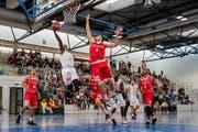 Austin Chatman (links) von Swiss Centrall Basketball im Spiel gegen die Lions de Genève in der Maihofhalle. (Bild: Philipp Schmidli / LZ (Luzern, 1. Oktober 2017))