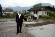 Pfarrer Ernst Heller vor der Baugrube in Weggis, auf dem seine beiden geerbten Einfamilienhäuser entstehen. (Bild André Häfliger)