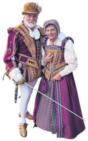 Sonntagsspaziergang – ein elisabethanisch gekleidetes Paar in der Innenstadt von Plymouth. (Bild: Geraldine Friedrich)