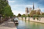 Seit die Stadt viele Uferstrassen vom Verkehr befreit hat, sind Spaziergänge entlang der Seine noch vergnüglicher und bieten immer wieder schöne Ausblicke. (Bild: Daniel Candal/Getty)