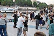 Jung und Alt schwingen am Quai St-Bernard das Tanzbein. (Bild: Gerhard Bläske)