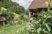 Kräuterexpertin Gertrud Kaltenbach in ihrem Garten auf dem Krummholzenhof bei St. Märgen. (Bild: Hochschwarzwald Tourismus)