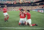 Schweizer Jubel 1994 in Detroit: Stephane Chapuisat wird nach seinem Tor gegen Rumänien von Adrian Knup (links), Christophe Ohrel (rechts) und Dominique Herr gefeiert. (Bild: Keystone)