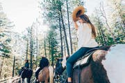 Wie ein waschechtes Cowgirl: Ein Austritt im nahe gelegenen Wald ist ein Muss. (Bilder: Loren Bedeli (Edelweiss)/Angelina Donati)