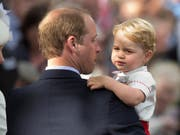Prinz George - hier bei der Taufe seiner Schwester Charlotte - ist der dritte in der britischen Thronfolge (Bild: KEYSTONE/AP/MATT DUNHAM)