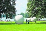 Münster ist voller Skulpturen. Hier die Giant Pool Balls am Aasee: Alle Versuche, sie ins Wasser zu rollen, sind bislang gescheitert. (Bild: Ralf Emmerich)