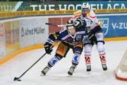 Zugs Nolan Diem (links) versucht im Spiel vom letzten Samstag, sich Ambri-Piottas Keith Aucoin vom Leib zu halten. (Bild: EQ/Maria Schmid)