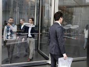 Samsung-Mitarbeiter am Firmenhauptsitz im südkoreanischen Soul. (Bild: KEYSTONE/EPA/KIM HEE-CHUL)