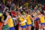 Das brasilianische Volleyball-Team bedankt sich bei den Fans für die Unterstützung. (Bild: EPA / Orlando Barria)