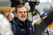 «Auf keinen Fall eine zweite solche Saison», scheint hier Coach Sean Simpson seinen Kloten Flyers zu sagen. (Bild: Keystone/Peter Schneider)