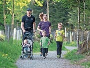 Benjamin und Heidi Baumli mit ihren Kindern Julian (im Wagen), Jonas (Mitte) und Janic – die Familie startet erstmals gemeinsam am Stadtlauf. (Bild: Pius Amrein (Rain, 25. April 2018))
