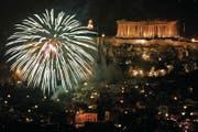 Zum nächtlichen Licht kommt an Silvester der Schein von spärlichem Feuerwerk. (Bild: Alexandros Vlachos/EPA (1. Januar 2018))