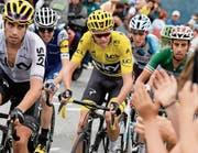 Muss das gelbe Trikot an Fabio Aru (ganz rechts) abgeben: Chris Froome. (Bild: Bernard Papon/Keystone (13. Juli 2017))