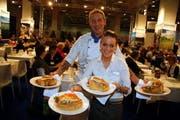 Tavolago-Koch André Schmutz serviert mit Raffaella Fürrer die Chögeli-Pastetli. (Bild André Häfliger/Neue LZ)