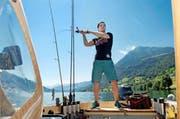 Ist er nicht am Fechten, wirft er am liebsten die Rute aus: Max Heinzer auf seinem Boot im Zugersee. (Bild Nadia Schärli)