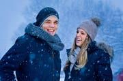 Reto Suri und seine Freundin Christina dem Schneefall. Die beiden wohnen zusammen in Baar. (Bild: Philipp Schmidli / Neue LZ)