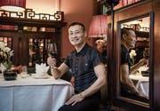 Gönnt sich in seinem Lieblingsrestaurant Li Tai Pe ein Glas Rotwein: Donghua Li. (Bild: Pius Amrein (Luzern, 6. Dezember 2017))