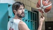 Hat den Spass am Basketball auch mit 38 Jahren noch nicht verloren: der Luzerner Rolf Stallkamp. (Bild: Nadia Schärli (Luzern, 7. November 2017))