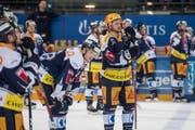 Der Zuger Carl Klingberg (in Blau) liegt am Boden, der überragende ZSC-Keeper Lukas Flüeler hat wieder «dichtgehalten». (Bild: Urs Flüeler/Keystone (Zug, 20. März 2018))