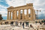 Über eine Million Touristen steigen jährlich auf die Akropolis. Die Tempel aber sind brüchig. (Bild: Getty (Athen, 1. November 2017))