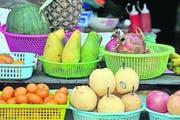Früchteauswahl an den Marktständen in Huay Xai. (Bild Oskar Keller)