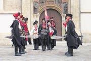 Mit grossen roten Krawatten – die Gardisten des Cravat Regiments bei der Wachablösung. (Bild: Annette Wirthlin / Zentralschweiz am Sonntag)
