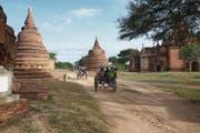 Auf zweirädrigen Pferdekutschen in Bagan mit seinen über 2000 Tempeln. (Bild: Ester Wyss)