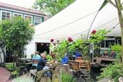 Spiekeroog: Auf der Insel gibt es lauschige Cafés. Wegen ihrer Blumenpracht wird sie auch «die Hübsche» genannt. (Bild: Angela Allemann)