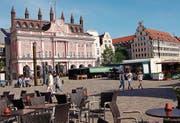Das rosarote Rathaus am Neuen Markt gehört zu den Sehenswürdigkeiten. Trotz vieler Zerstörungen verfügt Rostock über einen relativ geschlossenen historischen Kern. (Bild: Angela Allemann)