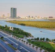 Mangroven neben der Küstenstrasse und vor der Skyline. Im Emirat wohnen eine Viertelmillion Menschen, davon 80 Prozent Ausländer. (Bild: Andrey Gorgots)