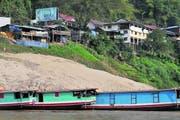 Blick vom Fluss auf Pak Beng, Zwischenstation der Fahrt von Huay Xai nach Luang Probang. Die Touristen werden hier von emsigen Anbietern von Übernachtungsstätten und Restaurantbesitzern erwartet. (Bild Oskar Keller)