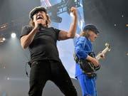AC/DC-Frontmann Brian Johnson (l) riskiert bei Bühnenauftritten sein Gehör. Deshalb darf er auf ärztlichen Rat nur noch im Studio musizieren. (Archivbild) (Bild: KEYSTONE/AP Invision/ROB GRABOWSKI)