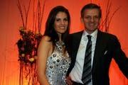 Gehörten zu den Stars des Abends: Galamoderator Rainer Maria Salzgeber und Sängerin Paloma Würth. (Bild André Häfliger/Neue LZ)
