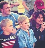 Ein Bild von 2005: die Jungschwinger Remo Käser (links) und Joel Wicki (Mitte). Im Hintergrund die Eltern Adrian und Lisa Käser. (Bild: Instagram (Remokaeser10))