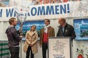 Fahnenübergabe durch Mario Gössi (links) an Flavia Marone von Bellinzona Tourismus und Mario Branda, den Stadtpräsidenten von Bellinzona. Rechts Beat Schorno, der OK-Präsident des Luzerner Stadtlaufs. (Bild: Heinz Steimann)