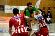 Der Krienser Boris Stankovic versucht sich gegen die Berner Verteidigung durchzusetzen. (Bild: Nadia Schärli / Neue LZ)