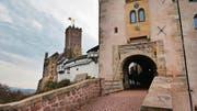 Der Ort der Bibelübersetzung: Die Wartburg hoch über Eisenach. (Bild: Gerhard Lob)