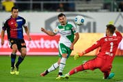 Früher Junior des FC Basel, heute Stürmer beim FCSG: Albian Ajeti, versucht sich gegen Basels Torhüter Tomas Vaclik. (Bild: GIAN EHRENZELLER (KEYSTONE))