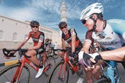 Die Zentralschweizer Mathias Frank und Martin Elmiger sowie der Walliser Kilian Frankiny (von rechts) bei der Oman-Rundfahrt. (Bild: Tim de Waele/Getty (Jabal Al Akhdhar, 18. Februar 2017))