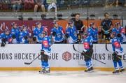 Die Spieler des EV Zug jubeln nach einem Treffer in der Champions Hockey League. (Bild: Keystone / Urs Flüeler)