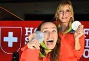 Das «Zufallsdoppel» freut sich über die Silbermedaille: Martina Hingis (links) und Timea Bacsinszky. (Bild: Keystone/Laurent Gillieron)